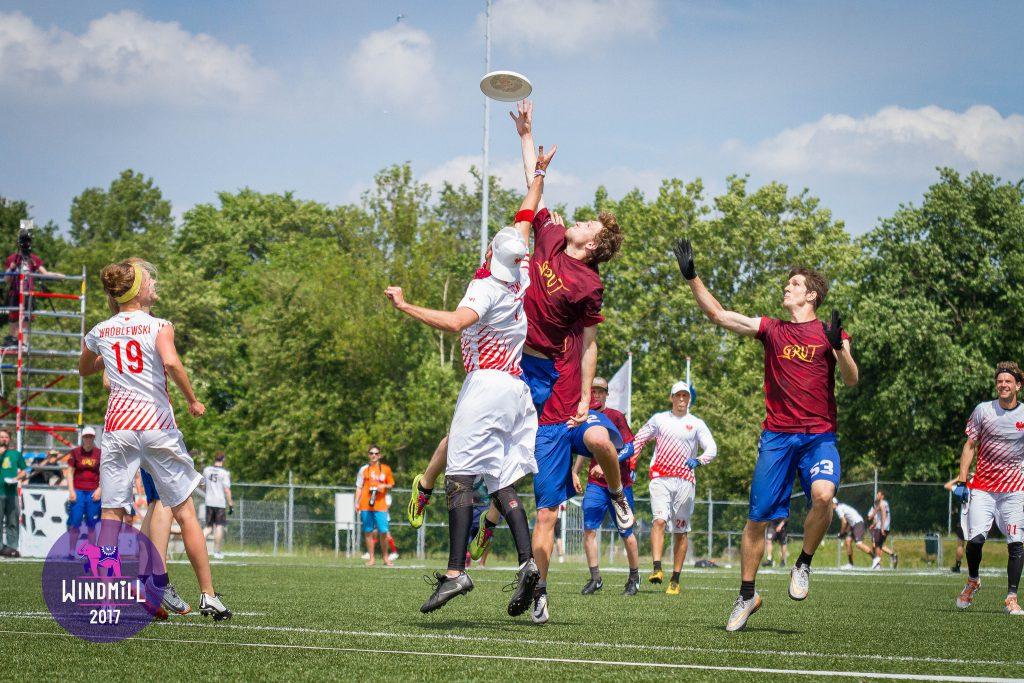ultimate frisbee souboj ve vzduchu